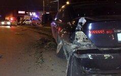 """Jaunas ir girtas """"BMW"""" vairuotojas nubloškė """"Toyotą"""" ir šviesoforą"""