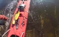Estijos gelbėtojai išplatino vaizdo įrašą, kaip iš ežero traukia žveją
