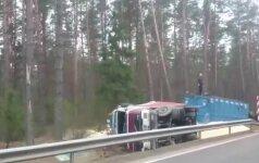 Avarijos padariniai: kas liko iš prie Druskininkų nuo kelio nuriedėjusio sunkvežimio