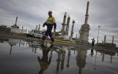 Rusijos energetikos ministras neatmeta galimybės naftos gavybą mažinti dar labiau