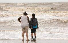 """Palei Meksikos pakrantę slenkanti atogrąžų audra """"Dora"""" gali sustiprėti iki uragano"""