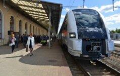 Traukiniai nesutalpina vykstančių į pajūrį: lieka stotyje, keliauja tiesiog ant grindų