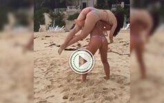 Merginos paplūdimyje atlieka pritūpimus