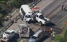 Teksase susidūrus bažnyčios autobusui ir sunkvežimiui žuvo 13 žmonių