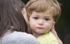 Kūdikis bijo išsiskirti su mama ir nepaleidžia jos nė minutei: pataria psichologė