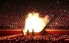 Jaunimo dienos proga Šiaurės Korėjoje surengtas deglų šou