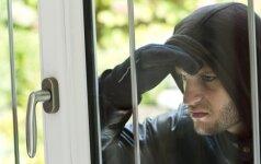 Įsibrovėlis sumušė namo savininką ir pagrobė neįtikėtiną sumą pinigų