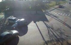 """Policija ieško nufilmuotos vairuotojos su """"Opel"""": po avarijos apžiūrėjo savo automobilį ir nuvažiavo"""