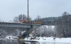 Dėl vilkiko iškėlimo draudžiamas eismas tiltu per Merkio upę