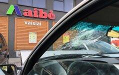 Rudaminoje automobilis trenkėsi į parduotuvę, pranešta, kad vairuotojas sužalotas, tačiau paaiškėjo, kad jis girtas