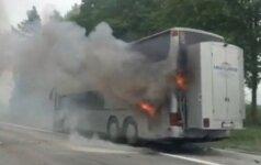 Magistralėje prie Vievio užsiliepsnojo turizmo agentūros autobusas
