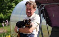 Pro trečio aukšto langą išmestas šuo laimę rado naujoje šeimoje