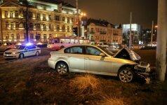 Prie Operos ir baleto rūmų BMW įskrido į žiedą