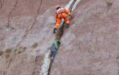 Kinijoje išgelbėtas uolos plyšyje įstrigęs berniukas