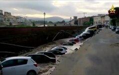 Įgriuvus krantinei Florencijoje nugarmėjo daugiau nei 20 automobilių
