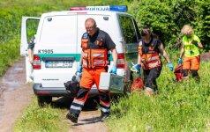 Palemone gelbėdama šunį moteris puolė po traukiniu