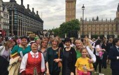 Tautiškos giesmės giedojimas Londone 2016, Dalia Asanavičiūtė - trečia iš dešinės