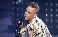 42 metų Robbie Williamsas pademonstravo prieš šešiolika metų vilkėtas kelnaites