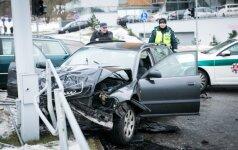 """Ne į tą šviesoforą pasižiūrėjęs vairuotojas moters vairuojamą """"Audi"""" nubloškė į stulpą"""