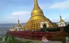 Nufilmuota: Mianmare per potvynį į upę nuvirto puošni budistų pagoda