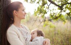 Kodėl Lietuvoje mamos dažnai vis dar nedrįsta žindyti viešumoje?