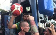 Sirgaliai sveikino į autobusą lipančius krepšininkus, o J. Mačiulis su gydytoju išvyko į ligoninę