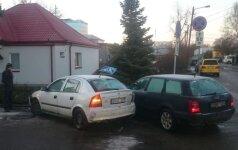 Kauno gatvės virto čiuožyklomis: automobiliai vartė stulpus, tvoras ir slydo nuo kelio