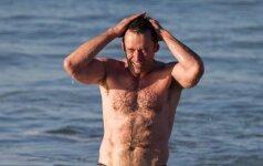 """47 metų """"Iksmenas"""" paplūdimyje: moterų žvilgsniai krypsta ne tik į apnuogintą torsą"""