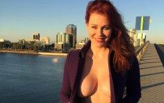 Aktorė mieste pasirodė ant nuogo kūno užsivilkusi paltą