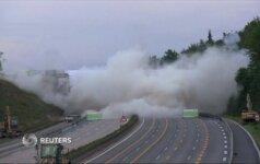 Nufilmuota, kaip Vokietijoje buvo susprogdintas senas automobilių tiltas