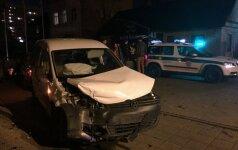 Kaune susidūrę du automobiliai trenkėsi į policininkės mašiną
