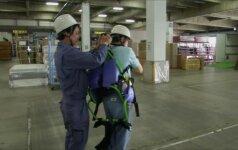 Robotizuotas kostiumas padeda vyresnio amžiaus darbuotojams kilnoti sunkumus