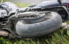 Kelmės rajone per avariją motociklininkas nulėkė nuo kelio ir trenkėsi į tvorą