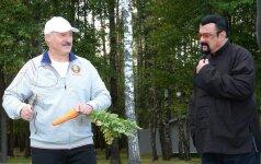 A. Lukašenka nepasididžiavo: nuskuto morką Stevenui Seagalui