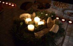Kūčių vakarą ant Advento vainiko uždegamos visos 4 žvakės.
