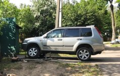 Vilniuje, nuslydus domkratui, automobilis prispaudė jį remontavusį vyrą