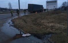 """""""Via Baltica"""" kelyje vilkikui sprogo padanga: po smūgio į atitvarus išsiliejo 500 litrų degalų"""