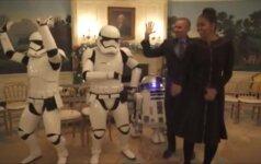 """B. Obama """"Žvaigždžių karų"""" dieną paminėjo šokdamas su robotais"""