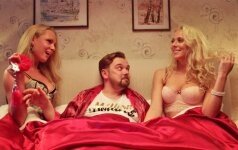 Tiesiai iš filmavimo aikštelės: lovoje gulinti Ineta Stasiulytė pasidabino seksualiais apatiniais