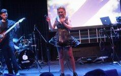 Monika Linkytė su trenksmu pristatė debiutinį albumą: hitai, kosminis įvaizdis ir juodos kelnaitės