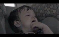 Kas atsitinka, kai vaikas karštyje paliekamas automobilyje vienas video
