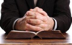 Girta ir pasiutusi žemaitė: iškeikė ir akmenimis apmėtė kunigą