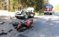 Kelyje Tauragė – Šilalė, po motociklo smūgio į atomobilį, prispausta mergina
