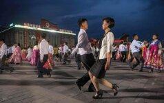 Po raketos paleidimo – šėlsmas Š. Korėjoje: šokiai gatvėje ir grasinimai paversti Vašingtoną pelenais
