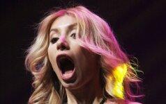 Vilniuje koncertavusios Rusijos popmuzikos divos žemyn slystanti suknelė vos neapnuogino krūtų