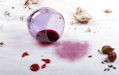 Kaip iš staltiesės pašalinti riebalų, raudono vyno, žvakių vaško ir kt. dėmes