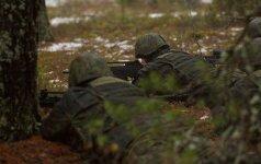 Tikrindamas ginklą karys Ignalinoje persišovė kojos pėdą