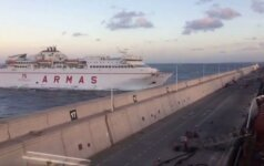 Ispanijos Kanarų salose po kelto avarijos mėginama surinkti ištekėjusius degalus