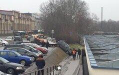 Pavaras supainiojusios vairuotojos automobilis nudardėjo nuo šlaito Vilniaus autobusų stotyje