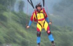 Šuoliai nuo aukščiausio pasaulyje stiklinio tako Kinijoje